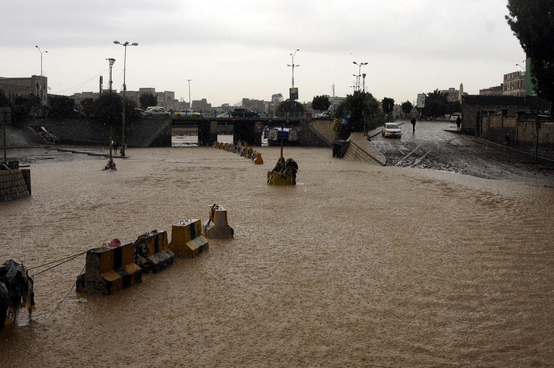 Torrential rain causes flood in Yemen